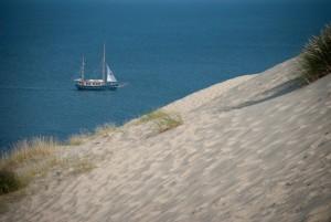 Plaukiantis laivas Kurðiø mariose, Nidoje.